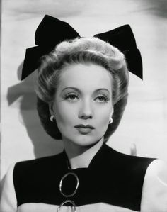 Ann Southern, That is one big ass bow for a grown woman! Old Hollywood, Golden Age Of Hollywood, Hollywood Glamour, Hollywood Stars, Classic Hollywood, Classic Actresses, Beautiful Actresses, Actors & Actresses, Hollywood Actresses