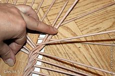 Znaleziony na miejscu stranamasterov. Paper Weaving, Weaving Art, Loom Weaving, Newspaper Basket, Newspaper Crafts, Recycled Paper Crafts, Diy And Crafts, Diy Paper, Paper Art