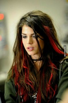 Fugitive at 17 mit Marie Avgeropoulos Hair Color Streaks, Hair Color Purple, Color Red, Pink Streaks, Blonde Streaks, Marie Avgeropoulos, Red Brown Hair, Dark Hair, Aesthetic Hair