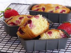 🍓MINI PLUMCAKE CON MANDORLE E FRAGOLE🍓, sfiziose tortine soffici, profumate ed estremamente golose con fragole che non affondano nell'impasto ma che restano su in maniera perfetta😋. French Toast, Muffin, Bon Appetit, Breakfast, Pizza, Food, Mini, Morning Coffee, Essen