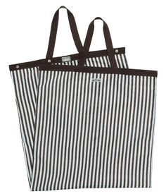 <p>The Henri Bendel Packable Garment Bag will have you traveling with perfect Bendel polish and arriving with pristine wardrobe. This luxury travel accessory is crafted with durable nylon and features a luscious satin lining, fully zippered closure, and size-minimizing snaps.</p>
