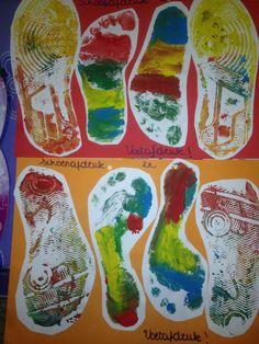 Mijn schoentje staat klaar. Schoen en voetafdruk van de kindjes Dozen, Vans Top, Kindergarten Themes, Saint Nicholas, The Elf, Sock Shoes, Elves, Clip Art, Activities