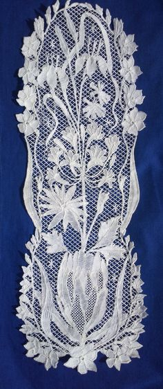 Uses either Honiton or Duchesse technique, can't tell from photo. Cape Lace Guild,  Dorothy Lindsay http://capelaceguild.tumblr.com/