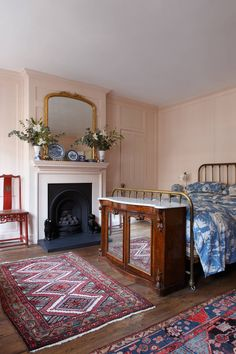 Bedroom ideas, design and decorating inspiration from the House & Garden archive English Antique Furniture, Victorian Bedroom, Victorian House, Bedroom Vintage, Christmas Decorations For The Home, Christmas Ideas, Georgian Homes, London House, Bedroom Decor