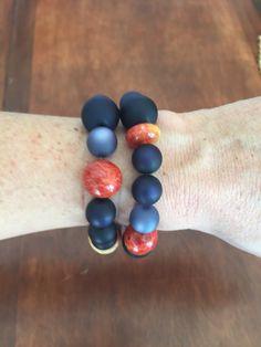 IV Bracelet en perles bleues et rouge en racine de corail