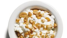 Hüttenkäse mit Erdnüssen http://www.menshealth.de/artikel/rezepte-fuer-low-carb-snacks.419442.html