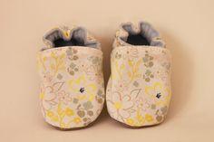 Chaussons bébé fille coton fleurs type Liberty, chaussons vegan, sans cuir de la boutique ByAeniFRANCE sur Etsy