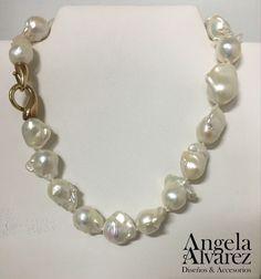 Collar en Perlas Barrocas - Broche en Plata con baño de Oro. @joyeriabrieva #AngelaAlvarez