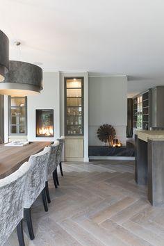 """De boomstamtafel van gerookt eiken is meer dan drie meter lang. De stoelen zijn van Interiors DMF. De vloer is een dubbel gerookte eiken parket in visgraat gelegd. Foto: Anneke Gambon – """"Stijlvol Wonen"""" - © Sanoma Regional Belgium N.V. 3d Home Design, Home Interior Design, House Design, Luxury Dining Room, Dining Room Design, Pantry Design, Luxury Homes Interior, Simple House, Minimalist Home"""