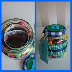 Leuk idee om geld te geven aan een kind. Glazen potje versieren met stof en vullen met geld en m&m's.
