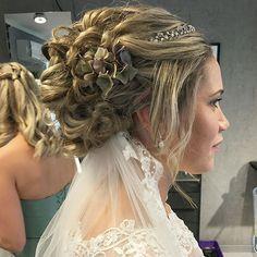 Denne flotte bruden giftet seg forrige helg. Tusen takk for det ærefulle oppdraget, Bente👰🏼❤️🔛 svipe for flere bilder. Frisø Lace Wedding, Wedding Dresses, Amanda, Crown, Gift, Instagram, Fashion, Bride Dresses, Moda
