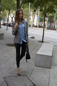 18 Looks ideales para las chicas que son felices usando solo leggings negros