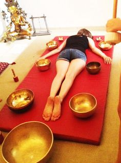 Soin avec les bols chantants tibétains #sons #vibrations #zen Meditation Rooms, Guided Meditation, Ayurveda, Reiki, Wind Chain, Tibetan Bowls, Les Chakras, Chill Pill, Relaxation Techniques