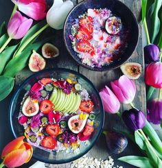 Colourful and bright smoothie Bowl with fresh figs and splashes of pink and purple flowers Smoothies, Smoothie Recipes, Smoothie Bowl, Sin Gluten, Raw Food Recipes, Healthy Recipes, Healthy Snacks, Healthy Eating, Good Food