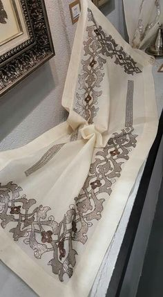 Bargello, Diy And Crafts, Embroidery, Antiques, Wedding Dresses, Overbed Table, Needlepoint, Salon Marocain, Cross Stitch