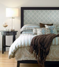 Tête de lit décorée avec papier peint
