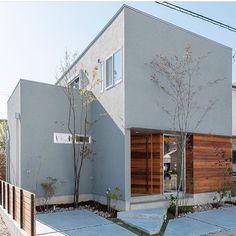 イエコト。さんはInstagramを利用しています:「施工例 『愛知の家』 グレーの質感がいい感じです! #トランスデザイン #広島の注文住宅#設計事務所 #工務店…」 Japan Modern House, Patio Design, House Design, Yellow Houses, Interesting Buildings, Small Buildings, Marquise, Japanese House, Facade House