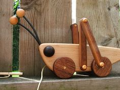 juguete Grasshopper Wooden Pull Toy in Maple and Walnut Wooden Projects, Wooden Crafts, Diy And Crafts, Diy Projects, Woodworking For Kids, Woodworking Projects, Woodworking Toys, Objet Deco Design, Wooden Animals