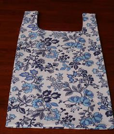 Another shopping bag tutorial Diy Sewing Projects, Sewing Hacks, Sewing Tutorials, Sewing Ideas, Diy Bags Purses, Quilted Bag, Fabric Bags, Sewing For Beginners, Sewing Patterns Free