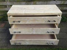 Stoere ladenkast van gebruikt steigerhout.  De handvaten vam metaal.