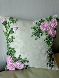 Homemade Cushion Embroidery, Border Embroidery Designs, Floral Embroidery Patterns, Embroidered Cushions, Hand Embroidery Stitches, Silk Ribbon Embroidery, Ribbon Art, Diy Ribbon, Ribbon Flower Tutorial