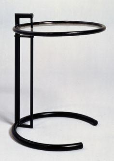 Table ajustable, 1926-1929, acier tubulaire laqué, acétate de cellulose. Mobilier provenant de la villa E 1027 © Centre Pompidou / Jean-Claude Planchet