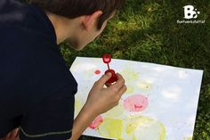 Vor kurzem bin ich über eine Anleitung gestolpert die ich sofort mit den Kindern ausprobieren wollte. – Malen mit Seifenblasen! Es hat so viel besser funktioniert als wir dachten, und macht auch noch eine Menge Spaß! 🙂 Materialien: Du brauchst natürlich Seifenblasenlösung (hier erhältlich*), Blasringe, verschiedene Farben, kleine Behälter zum Mischen, Papier Farben: Wir haben verschiedene Farben getestet. Lebensmittelfarben, Eierfarben, farbige Tusche (hier erhältlich*) und Tintenpatronen… Bunt, Bubbles, Playing Cards, Outdoor, Paper, Ink Cartridges, Soap Bubbles, Food Coloring, Kid Birthdays