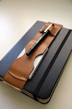 What a brilliant pen and business card holder idea for Moleskine. Leather Notebook, Leather Books, Leather Bag, Crea Cuir, Leather Projects, Leather Crafts, Pen Case, Leather Accessories, Clothing Accessories