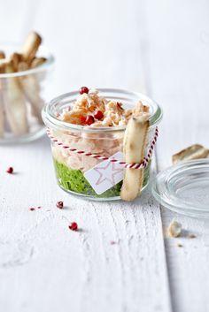 Rilette van zalm met spinaziepesto - Libelle Lekker Tapas, No Salt Recipes, Cooking Recipes, Good Food, Yummy Food, Xmas Food, Snacks Für Party, Drip Cakes, Appetisers