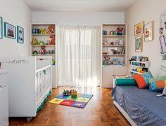 07-quarto-de-bebe-colorido-e-repleto-de-acessorios-descolados
