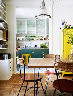 Natur-Weiße Wände und farbige Möbel. #KOLORAT #Wandfarbe #Wohnideen #interior #Esszimmer
