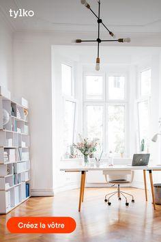 Grâce aux rangements personnalisables Tylko, créer un espace de travail à la fois agréable et fonctionnel n'a jamais été aussi facile. Notre configurateur en ligne vous permet de choisir la taille et le design de votre meuble, puis d'ajouter des options tels que des passe-câbles ou des tablettes intérieures pour encore plus d'organisation. Télétravailler, oui, mais avec style ! Imaginez votre meuble dès aujourd'hui sur tylko.com Office Interior Design, Home Office Decor, Office Interiors, Interior Styling, Home Decor, Modern Home Offices, Minimal Home, Workspace Inspiration, Ideal Home