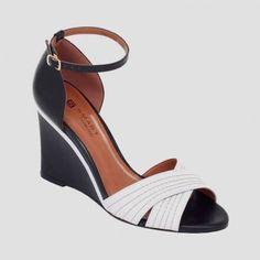 Sandália anabela em couro com detalhes de pespontos