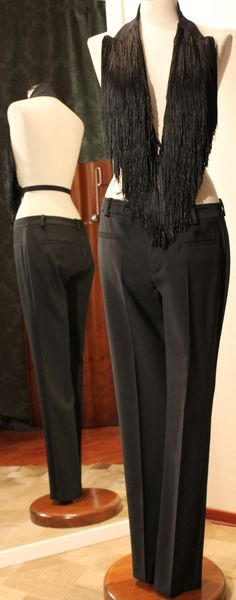 Top-colletto con frange MARTIN MARGIELA 1, pantalone con profilo smoking sartoriale.