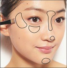 日本人のほとんどが黄み肌】4大悩みを解決して透明感UP|鬼木朋子 ... ・Tゾーン・目尻側Cゾーン・目の下・鼻とあご先ハイライトはブラシでのせて。ポイントは目尻側Cゾーンと、目の下に入れるハイライトをつなげないこと。