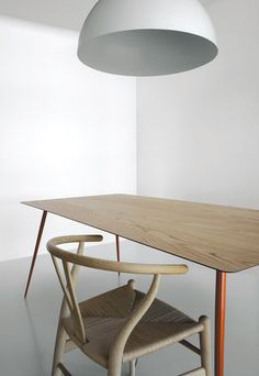 Spillo is also available with a 6 mm HPL top, complete with a top layer of wood 1 mm thick (finish Y31 chestnut). The structure below is in powder coated steel (finish C17 orange).…