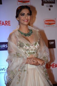 Sonam Kapoor wearing an elegant white color low cut embroidered blouse, designed by Anamika Khanna at the Filmfare Awards 2016 Anamika Khanna, Sonam Kapoor, Diva Fashion, Boho Fashion, Fashion Night, 80s Fashion, Winter Fashion, Indian Dresses, Indian Outfits