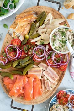For with drinks // drink board with smoked fish Little Spoon Fish Recipes, Healthy Recipes, Good Food, Yummy Food, Western Food, Happy Kitchen, Food Platters, Snacks Für Party, Salads