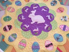 Easter table topper - link inside for the free tutorial and pattern! Table Runner And Placemats, Table Runner Pattern, Quilted Table Runners, Jelly Roll Quilt Patterns, Quilt Patterns Free, Applique Patterns, Quilting Projects, Quilting Designs, Diy Quilting