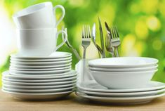 Plate size, plate color, fork size, cup color and which hand we use affect the way we eat in surprising ways. Kitchen Dishes, Good Deeds, Proper Nutrition, Wedding Menu, Wedding Ideas, Kitchen Essentials, Eating Plans, The Dish, Utensils