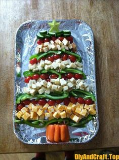 Easy Healthy Christmas Appetizers and Snacks for Parties - Yummy Christmas Food - Appetizers for party Christmas Tree Veggie Tray, Christmas Snacks, Xmas Food, Christmas Cooking, Healthy Christmas Party Food, Christmas Cheese, Christmas Apps, Merry Christmas, Christmas Dishes