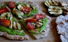 Pizza rápida de pão sírio sem glúten e com molho pesto