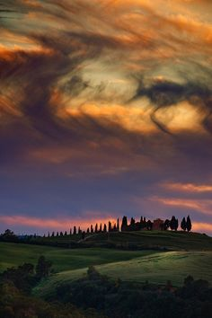 Toscana - Val D'Orcia ~ a beautiful swirling cloud pattern in the sunset sky ❤️ Beautiful Sky, Beautiful Landscapes, Beautiful World, Beautiful Places, Beautiful Pictures, Emilia Romagna, Sky And Clouds, Amazing Nature, Belle Photo