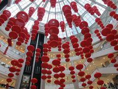 元宵節上海到處是燈籠。祝各位朋友元宵節快樂,要吃湯圓喔!(港匯中心的燈籠海)