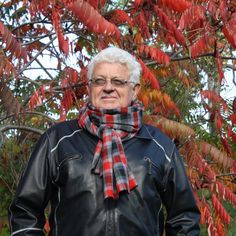 Foulard pour Homme à carreaux aux couleurs rouge, gris et noir de la boutique AteliersTaffetas sur Etsy Rain Jacket, Windbreaker, Boutique, Etsy, Jackets, Fashion, Gray, Color Red, Colors