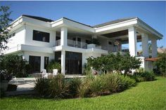 Who says that a modern cheap house plans cannot have a beautiful facade? Today we will know ideas facades of houses that are within a range. Contemporary House Plans, Modern House Plans, Modern House Design, House Floor Plans, Estilo Florida, Florida Style, Florida Home, Cheap House Plans, House Plans And More