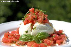 Eine super Sommer #Vorspeise. #Mozzarella mit Melonen-Salsa. Die #Salsa ist mit #Wassermelone, #Minze, #Basilikum und schmeckt total erfrischend. | malteskitchen.de