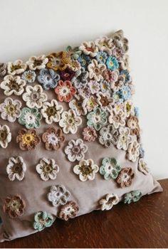 Capa de almofada com flores de crochê aplicadas F… Cushion cover with applied crochet flowers Fashion Upcycle Crochet Home, Crochet Crafts, Crochet Projects, Knit Crochet, Diy Crafts, Crochet Motif, Crochet Cushion Cover, Crochet Cushions, Crochet Pillow