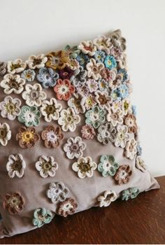 Capa de almofada com flores de crochê aplicadas F… Cushion cover with applied crochet flowers Fashion Upcycle Crochet Home, Crochet Crafts, Crochet Projects, Knit Crochet, Sewing Projects, Diy Crafts, Crochet Cushion Cover, Crochet Cushions, Crochet Pillow