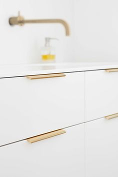 Stylish handle for kitchen doors designed by Adam Laws. Brass Kitchen Handles, Kitchen Hardware, Kitchen Doors, Kitchen Fixtures, Door Handles, Cupboard Handles, Pull Handles, Apartment Furniture, Kitchen Furniture